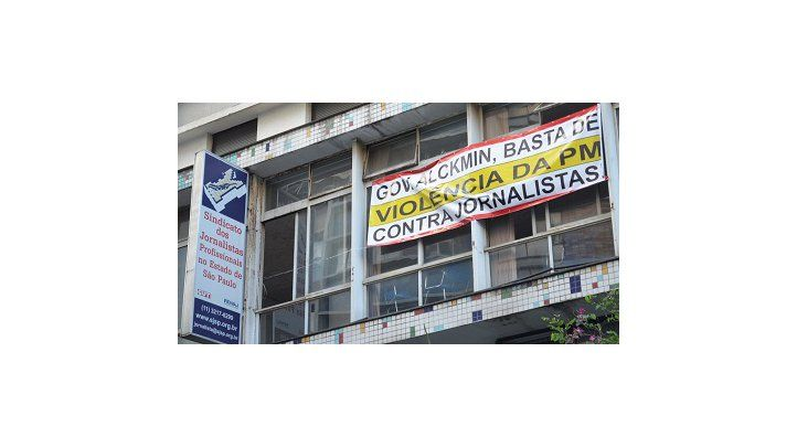 Com faixa, SJSP pede que Alckmin investigue e puna violência da PM contra jornalistas