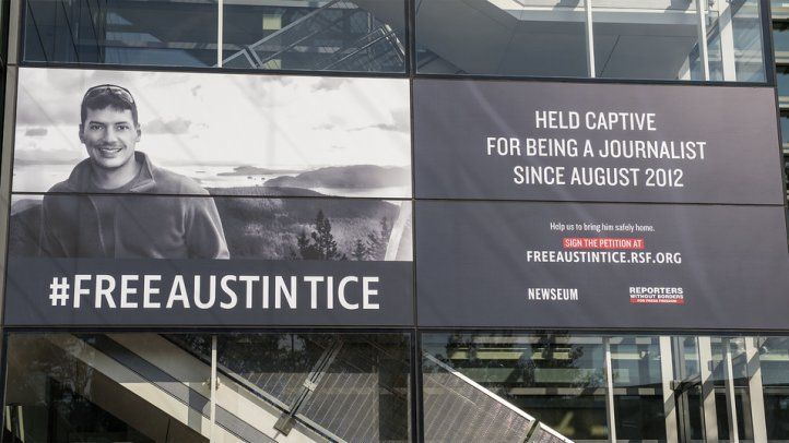 Pancarta recuerda cautiverio de Austin Tice en Siria