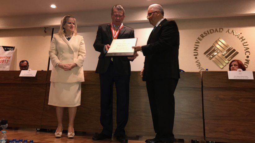 México: Universidad reconoce labor de Tony Pederson por la libertad de expresión