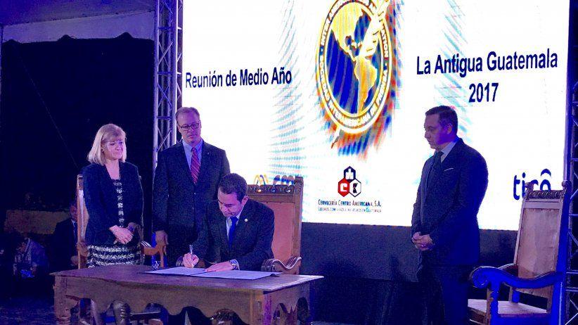 Presidente de Guatemala suscribe la Declaración de Chapultepec