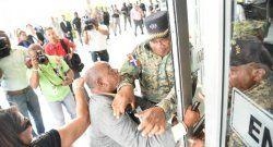 Policías agreden a periodista de Listín Diario
