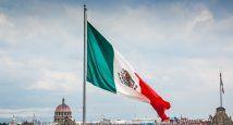 México bandera en zócalo mediana.jpg