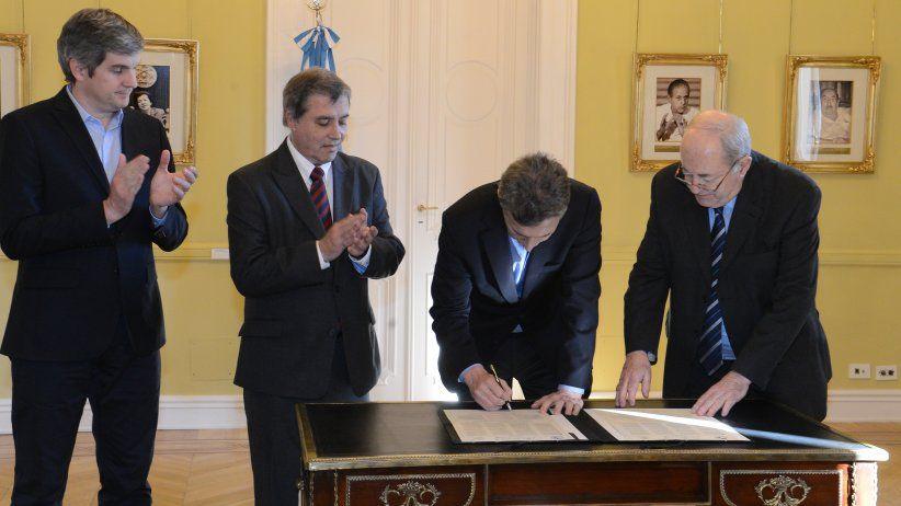 Argentinian President Mauricio Macri signs Declaration of Chapultepec